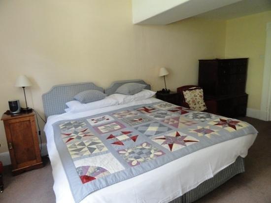 Spread Eagle Inn: big comfy bed
