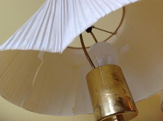 The Grand Beach Inn : broken lamp