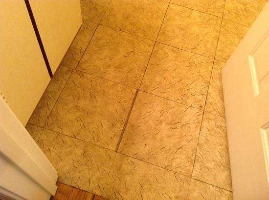 The Grand Beach Inn: bathroom floor dirty