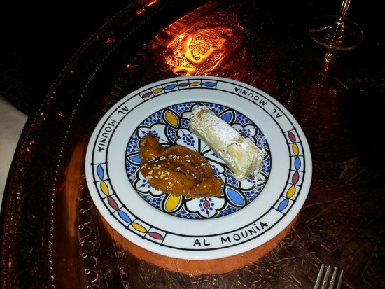 Al-Mounia: dulce de pasta de almendra y pestiño con sesamo