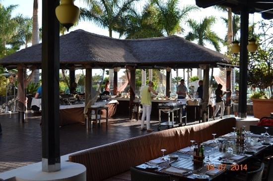 Gran Melia Palacio de Isora Resort & Spa: barbecue avond in oasis
