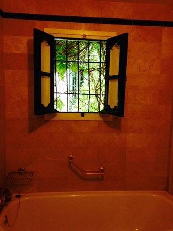 Las Casas de la Juderia : charming bathroom
