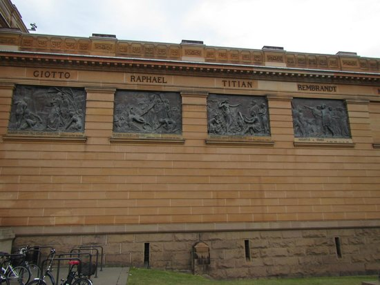Galerie d'art de Nouvelle-Galles du Sud : Close up of panels on Front right of the Art Gallery of NSW