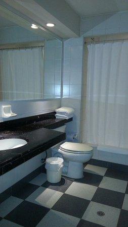 GHL Style Hotel Los Heroes: Banheiro com ótimo espaço e bancada. Chuveiro excelente!