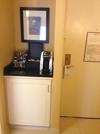Washington Marriott Wardman Park: Refrigerator/Cooler cabinet