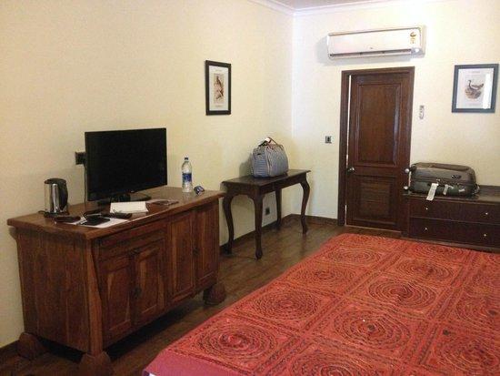 Vivanta by Taj - Sawai Madhopur Lodge: Large spacious rooms with wooden furniture