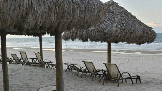 Dom Pedro Laguna: Praia em frente ao hotel