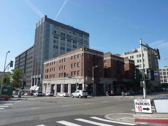 Kawada Hotel : Nur der rote Backsteinbau gehört zum Hotel