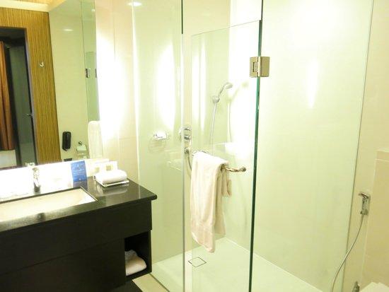 The Bellevue Manila: Bathroom, room 1124