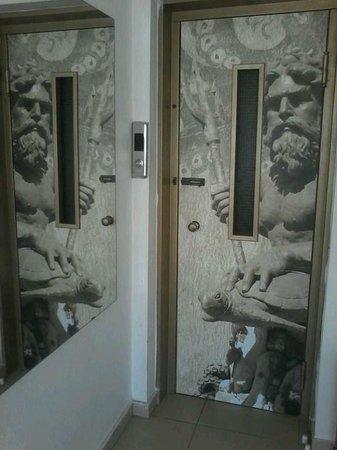 Acropolis Ami Boutique Hotel: дверь лифта на 6 етаже