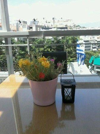 Acropolis Ami Boutique Hotel: столик  на крыше