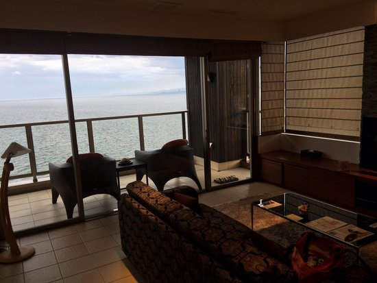 Seikai: Living room with balcony overlooking Beppu bay