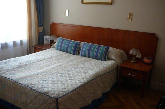 Helvetia Deluxe Hotel: Bed