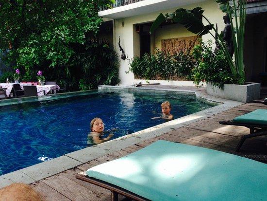 Ariyasomvilla : Kids in the pool