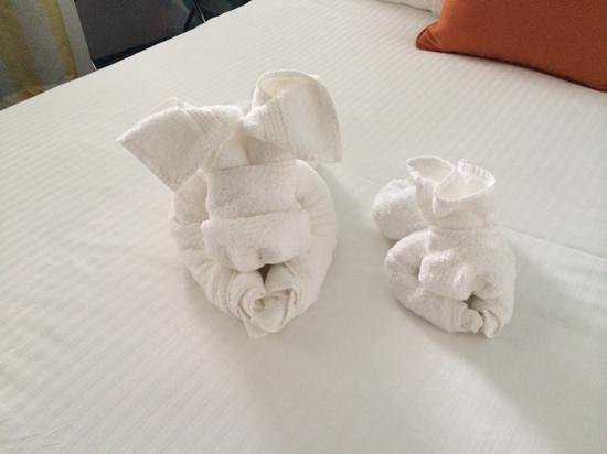 The StarLux Hotel & Suites : cute towel animals!