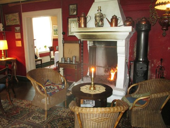 Walaker Hotell : living room with fire place