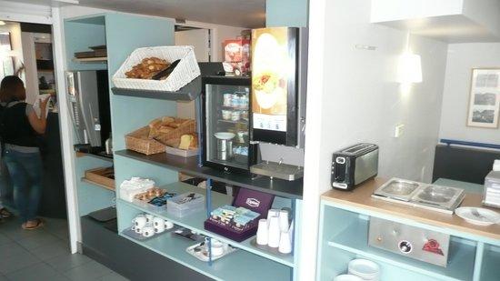B&B Hotel Troyes Barberey : ontbijt desk