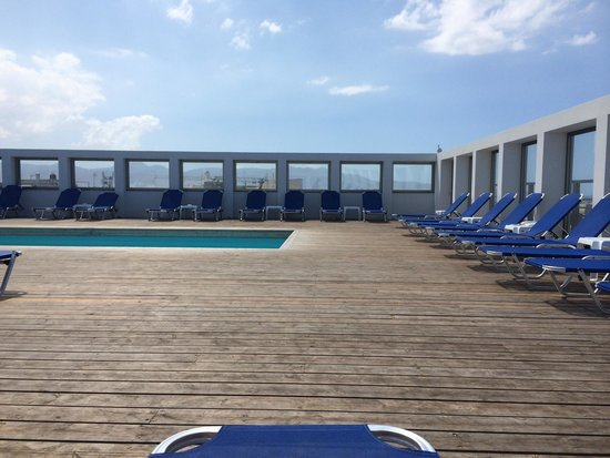 AQUILA Atlantis Hotel : Roof top pool overlooking the port- great views of Heraklion
