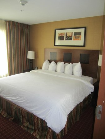 Embassy Suites by Hilton Anchorage: comfortable bed