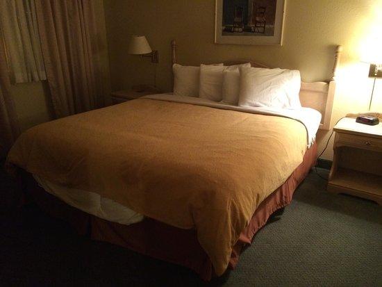 ترافيلودج سويتس نيو جلاسكو: King bed in separate bedroom.