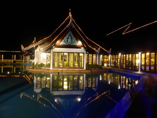 Club Med Phuket : Overlooking the pool and restaurant area at night