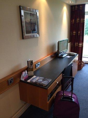 Mercure Leeds Parkway : Desk and TV