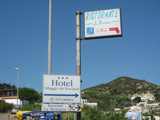Hotel Villaggio dei Pescatori: Insegna sulla Strada