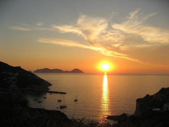 Hotel Villaggio dei Pescatori: Tramonto su Palmarola
