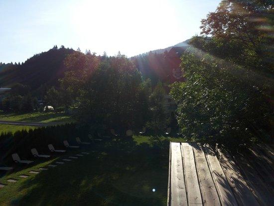 Hotel Ambiez Family & Wellness: Vista dalla camera sul giardino interno al tramonto