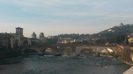 Ponte Pietra: Вид на мост Петра