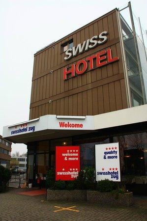 Quality Swisshotel Zug: Вид на центральный вход в гостиницу