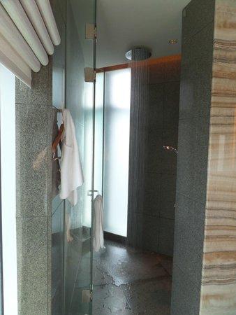 Park Hyatt Busan: Bathroom with rain showerhead