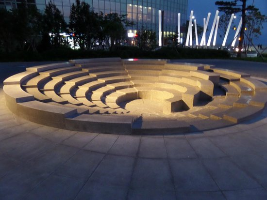 Park Hyatt Busan: FOuntain in front of the hotel