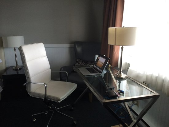 Willow Bend Motel: Desk and amazing leather chair.