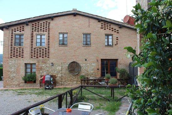 Casa Di Campagna in Toscana: Facciata della casa di campagna con entrata al Ristorante