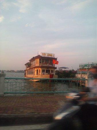 Lake of the Restored Sword (Hoan Kiem Lake): 水上レストラン