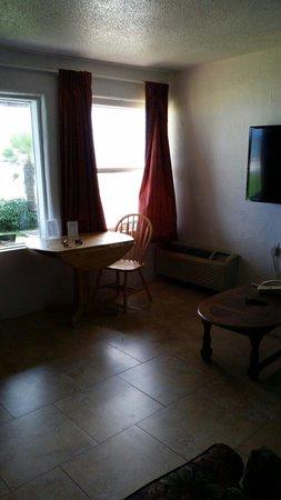 Driftwood Beach Motel: Living room