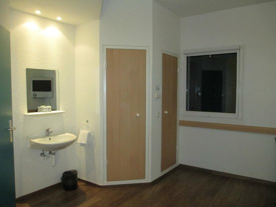 blick auf das waschbecken und die t ren zum bad und wc. Black Bedroom Furniture Sets. Home Design Ideas