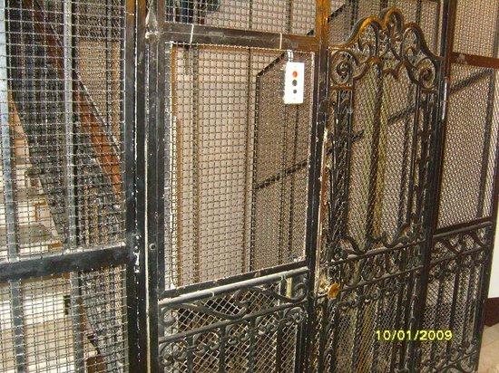 Serena Hotel: elevador