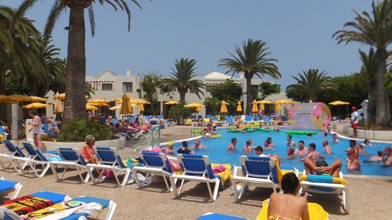 Suite Hotel Atlantis Fuerteventura Resort : Main pool for all and where activities such as water polo take place