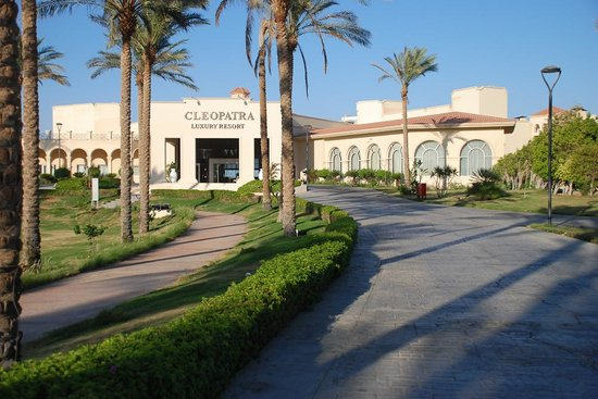 Cleopatra Luxury Resort: Viale d'ingresso per raggiungere la Hall