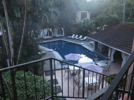 Copacabana Hotel & Suites: Pool area (early morning)