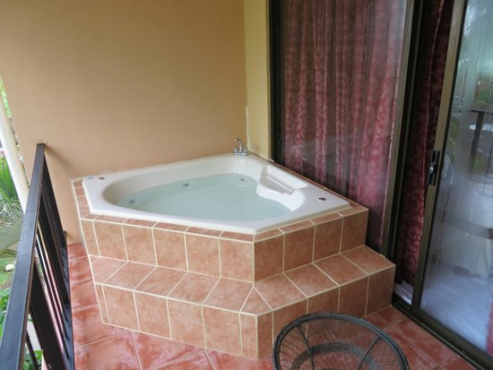 Copacabana Hotel & Suites: Jacuzzi on our Balony
