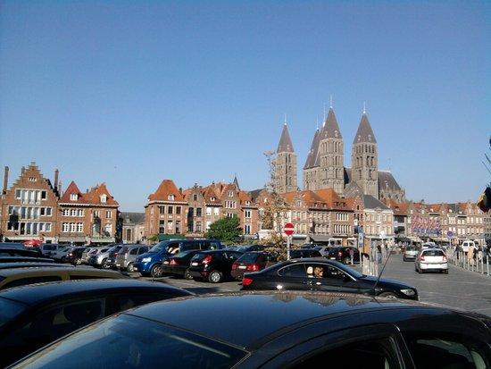 Notre Dame Cathedral in Tournai: vue de la grand place