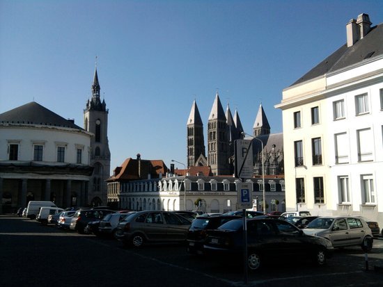 Notre Dame Cathedral in Tournai: vue parking avec beffroi