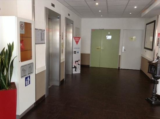 Ibis Budget Issy Les Moulineaux : elevators at the hotel