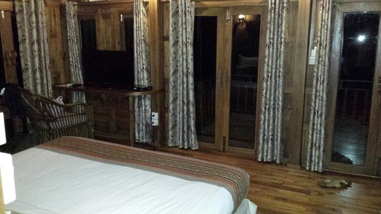 Phi Phi The Beach Resort: The doors aren't air tight - Easy access for insects and the wind