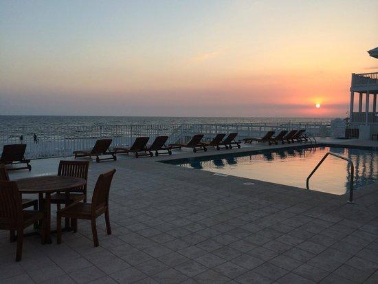 Carillon Beach Resort Inn: Awesome Pool on beach with bathrooms