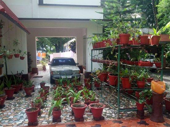 Chamundi Hill Palace Ayurvedic Resort: Ein Benz vor der Tür