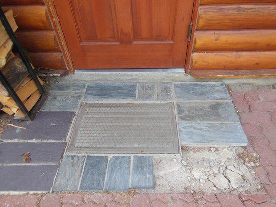 Fairmont Jasper Park Lodge: Where's the rest of our doorstep